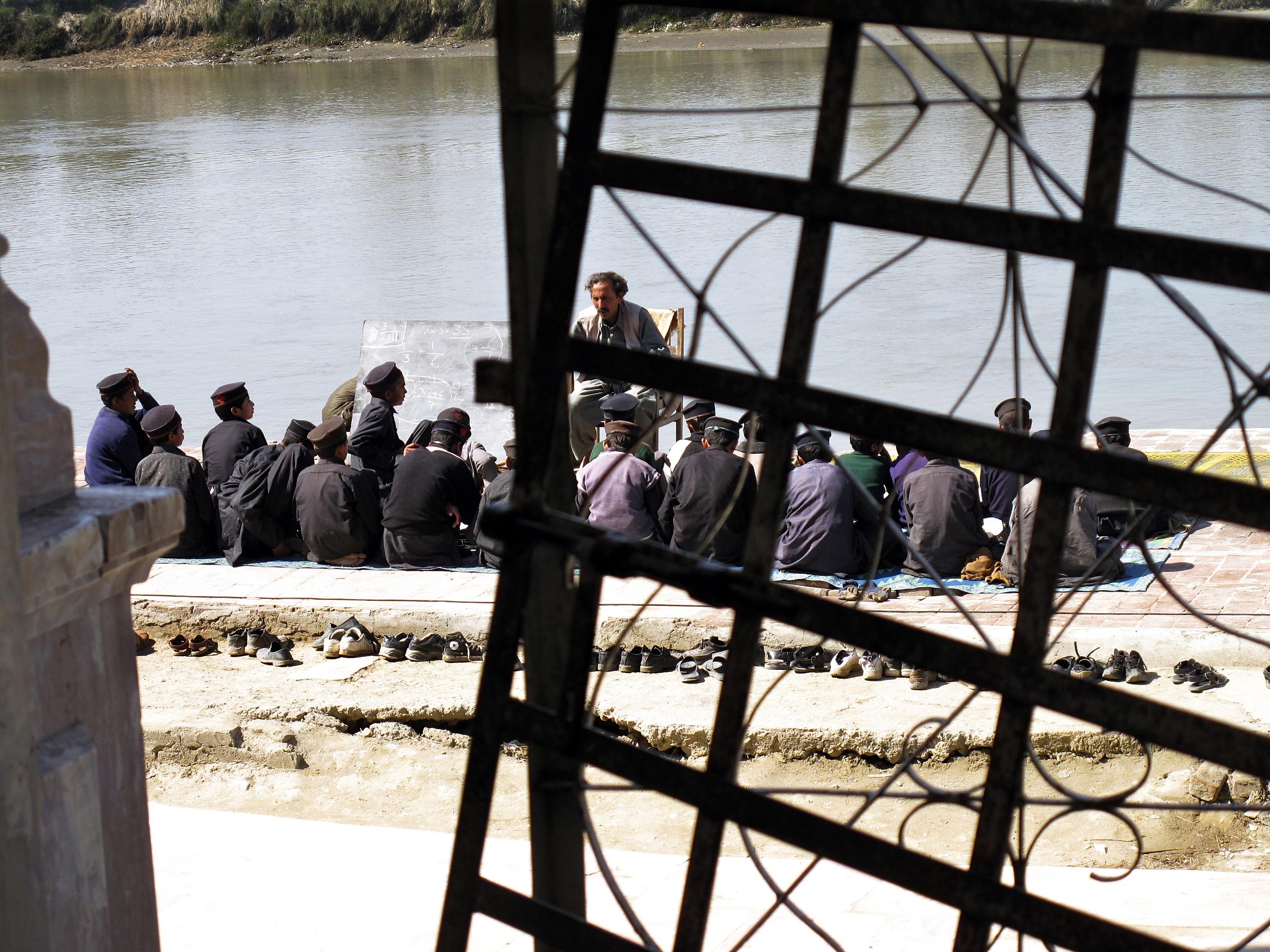 Fler skolor forstorda av talibaner